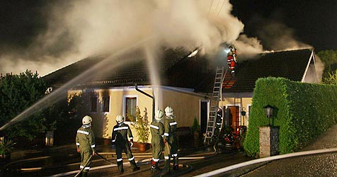 Ehepaar stirbt bei Hausbrand am Attersee (Bild: APA/THOMAS LEITNER)