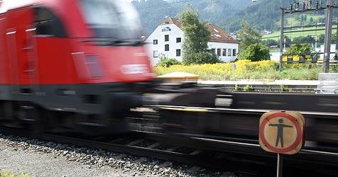 Trio wirft Stein auf Zug - Scheibe durchschlagen (Bild: Christof Birbaumer)