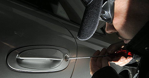 Autoknacker in St. Pölten schlagen Seitenscheiben ein (Bild: APA/TECHT/FOHRINGER)