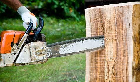 Franzose zerteilt Möbel mit Motorsäge (Bild: © [2009] JupiterImages Corporation)
