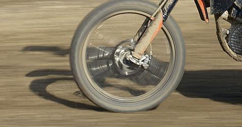 Biker stürzt bei Fahrt über Acker und verletzt sich (Bild: APA/KTM POWER SPORTS AG)