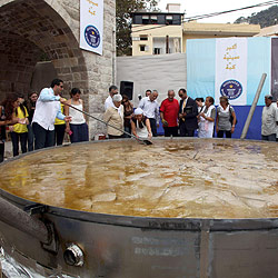 "Libanesische Kleinstadt kocht größtes ""Kebbeh"" (Bild: AFP)"