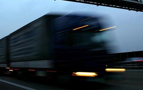 Lkw-Lenker nach Unfall mit fünf Autos davongebraust (Bild: dpa/dpaweb/dpa/Rolf Vennenbernd)