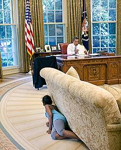 Hier versteckt sich Obamas Tochter im Oval Office (Bild: White House, Pete Souza)