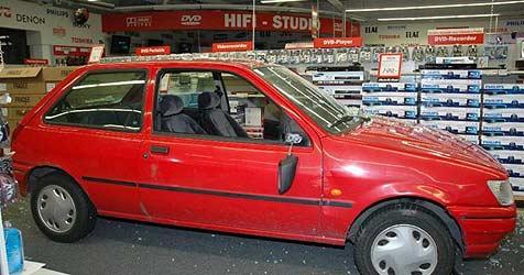 Einbrecher rasen mit gestohlenem Auto in Markt (Bild: Polizei)