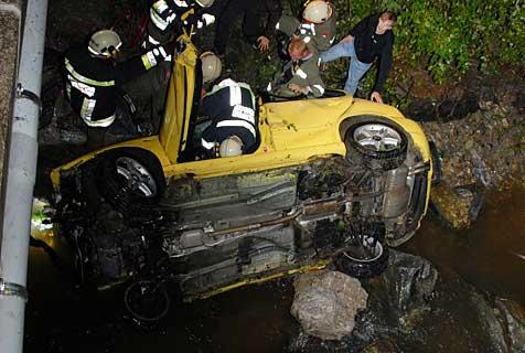 Pkw bei Crash auf S33 in zwei Teile zerrissen (Bild: Gerhard Rötzer)