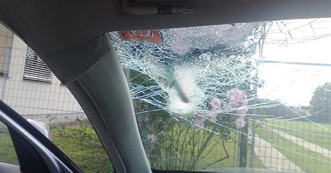 Tausende Autoscheiben von Splitt beschädigt (Bild: Krone)
