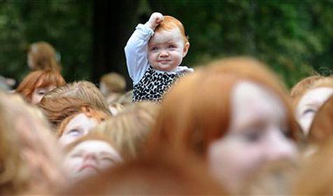 "4.000 Rotschöpfe am ""Rothaarigen-Tag"" in Holland (Bild: AP)"