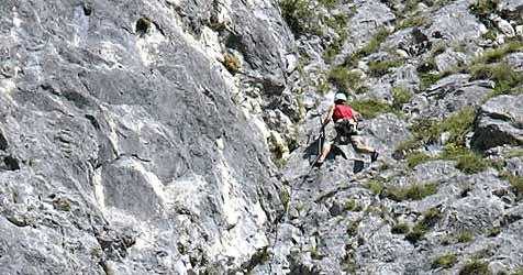 Schwierige Bergung aus Klettersteig bei Hallstatt (Bild: Christof Birbaumer)