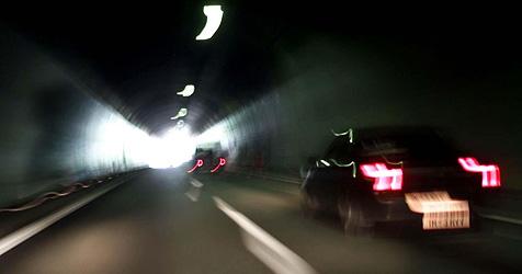 Autofahrerin kracht im Pinzgau mit Pkw gegen Tunnelwand (Bild: APA/Großruck Bernhard)