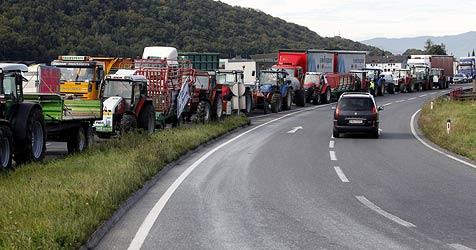 Milchbauern blockieren Kreisverkehr im Flachgau (Bild: Markus Tschepp)
