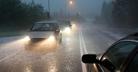 Drei Verletzte bei Verkehrsunfällen auf nasser Straße (Bild: APA/Franz Neumayr)