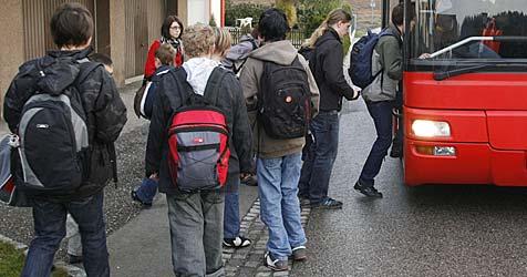 Wildes Gerangel um Sitzplätze im Schulbus (Bild: Klaus Kreuzer)