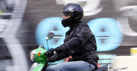 Auf Gegenfahrbahn unterwegs: Mofalenker verletzt (Bild: Christian Jauschowetz)