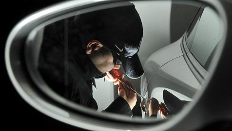 Auto-Einbrecher in Tulln auf frischer Tat ertappt (Bild: APA/TECHT/FOHRINGER)
