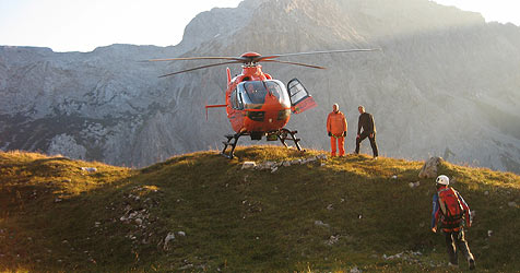 "Bergsteigerin nimmt Helikopter als ""Luft-Taxi"" (Bild: BRK BGL)"