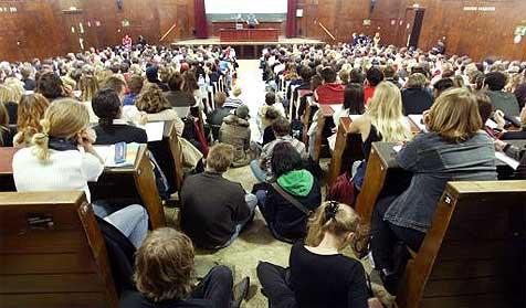 Frau bringt sich in Psychologie-Kurs zum Höhepunkt (Bild: APA/Roland Schlager)