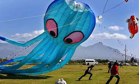 Fliegender Oktopus bei Afrikas größtem Drachenfestival