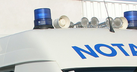 Umgekippte Lkws, Auto im Bachbett, überschlagener Pkw (Bild: Martin Jöchl)
