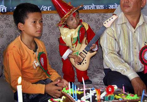 Khagendra Thapa Magar wird offiziell der kleinste Mann