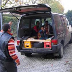 D: Polizei findet in VW-Transporter 28 Personen (Bild: Bayrische Polizei)