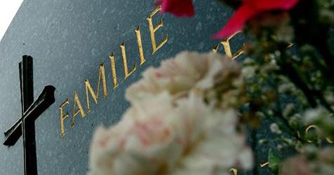 14 Gräber auf Friedhof in Retz schwer beschädigt (Bild: APA/Herbert Pfarrhofer)