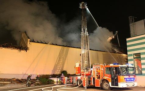 Brand bei Linz Textil richtet 200.000 Euro Schaden an (Bild: APA/rubra)