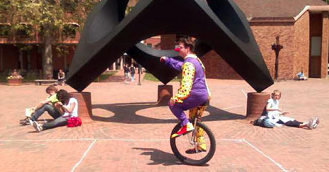 Wer telefoniert, übersieht Einrad fahrende Clowns (Bild: Western Washington University)