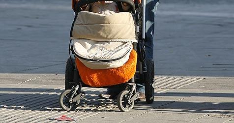 """Kinderwagen in Bach gestürzt - Baby geht""""s besser (Bild: APA/HERBERT PFARRHOFER)"""