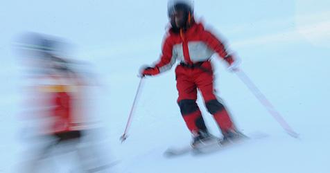 Skifahrer stürzt und schlägt mit Kopf auf Piste auf - tot! (Bild: AP)
