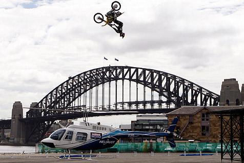 Amerikaner springt mit Motorrad über Hubschrauber