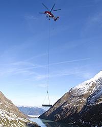 Hubschrauber fliegt Fünf-Tonnen-Last ins Gebirge (Bild: Neumayr)