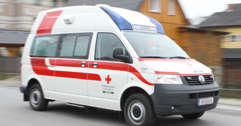 Auto bei Unfall auf Dach eines anderen geschleudert (Bild: Jürgen Radspieler)