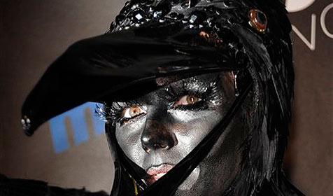 Klum erscheint in Krähen-Kostüm zu Grusel-Fest (Bild: AP)