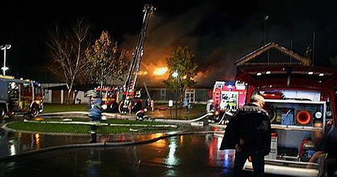 Feuer in bayrischer Volksschule sorgt für Großeinsatz (Bild: Bayrisches RK)