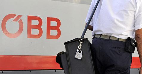 Schwarzfahrer schlägt auf ÖBB-Angestellten ein (Bild: APA/HELMUT FOHRINGER)