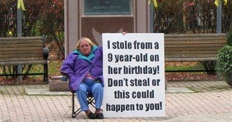 Frauen mussten auf Schild Diebstahl zugeben (Bild: Bedford County)