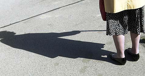 Skrupelloser Täter überfällt Frau mit Gehbehinderung (Bild: APA)