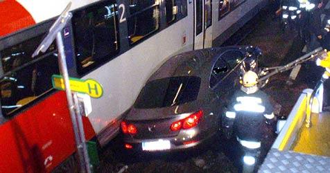 Mühlviertler rettet sich vor Zug mit Sprung aus Auto (Bild: FF Feldkirchen/Donau)