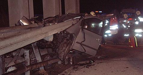 Auto bei Crash auf A2 von Leitschiene durchbohrt (Bild: FF Leobersdorf)