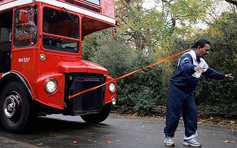 Mann zieht Londoner Bus mit seiner Mähne
