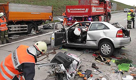 Schwerer Unfall auf A1 bei Schörfling fordert zwei Tote (Bild: APA/Thomas Leitner)