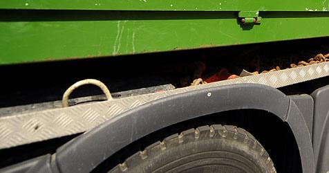 36-Jähriger mit Laster umgekippt und schwer verletzt (Bild: APA/BARBARA GINDL)