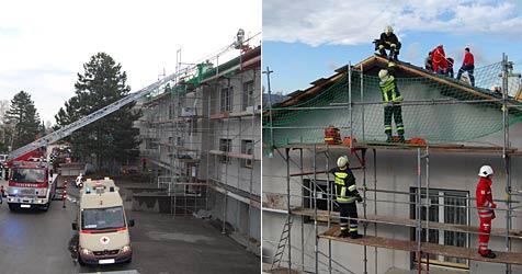 Feuerwehr muss verletzten Arbeiter von Dach  retten (Bild: Freiwillige Feuerwehr Laxenburg)