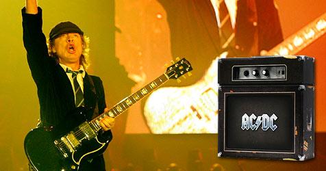 """""""Backtracks"""" von AC/DC: Angus spielt auf der CD-Hülle"""