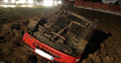 Unfallwagen mit Seilwinde aus Acker geborgen (Bild: FF Ohlsdorf)