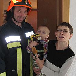 Einjähriger sperrt Mutter aus - von Feuerwehr gerettet (Bild: Foto_Kerschi)