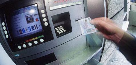 Pärchen klaut Handtasche samt Bankomatkarte