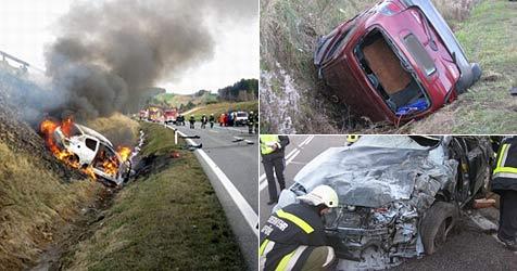 Drei Pkw in Kollision verwickelt - ein Toter, fünf Verletzte (Bild: FF Gföhl)