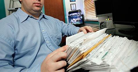 Französischer Briefträger lagert zu Hause 300 kg Post